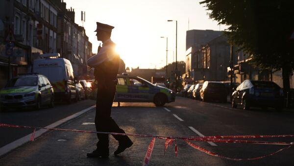 Londonska policija obezbeđuje oblast gde je kombi uleteo među pešake - Sputnik Srbija