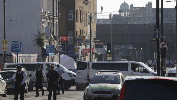 Tim forenzičara i policija u blizini džamije kod parka Finzberi u Londonu - Sputnik Srbija