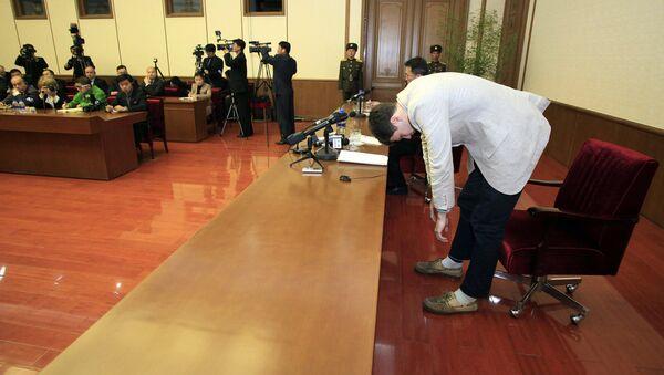 Američki student Oto Varmbir klanja se na konferenciji za medije u Pjongjangu - Sputnik Srbija