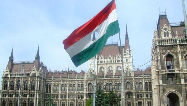 Застава из периода мађарске револуције 1956. у спомен жртвама испред зграде мађарског парламента - Sputnik Србија