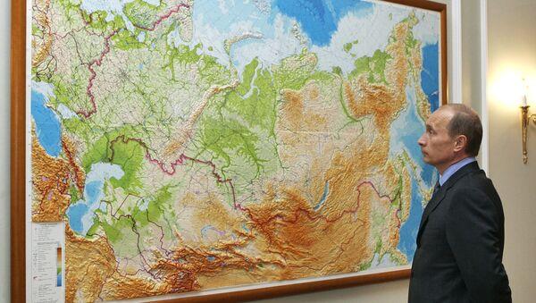 Руски председник Владимир Путин проучава карту своје земље - Sputnik Србија