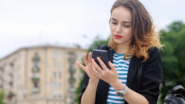 Devojka sa telefonom u ruci - Sputnik Srbija