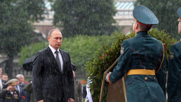 Председник Владимир Путин и премијер Дмитриј Медведев полажу свеће на церемонији обележавања дана напада Немачке на СССР - Sputnik Србија