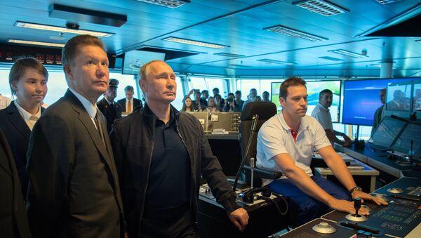 Председник Русије Владимир Путин и директор Гаспрома Алексеј Милер на палуби брода за постављање цевовода посматрају радове на изградњи Турског тока - Sputnik Србија