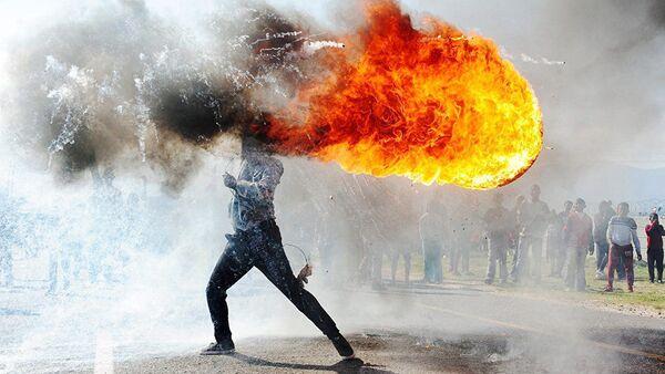 Рад јужноафричког фотографа Фандулвазија Џајкла Протести у граду Грабу  - Sputnik Србија