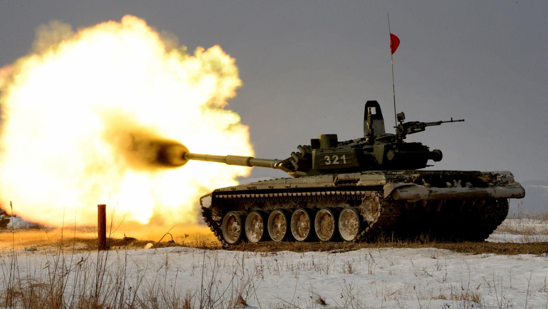 Тенк Т-72 током тенковског биатлона на полигону Источног војног округа у Русији - Sputnik Србија, 1920, 08.07.2021
