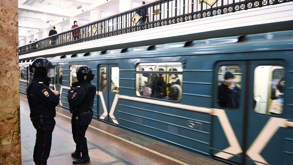 Припадници полиције у станици московског метроа - Sputnik Србија