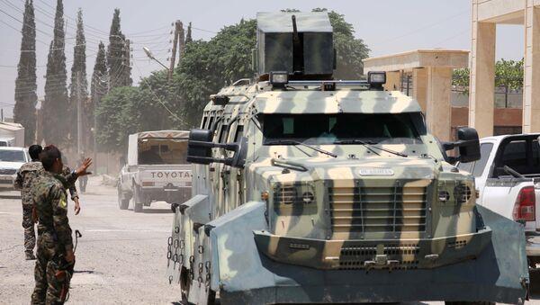 Борци Сиријских демократских снага стоје поред оклопних возила у селу Хави Хава источно од Раке - Sputnik Србија