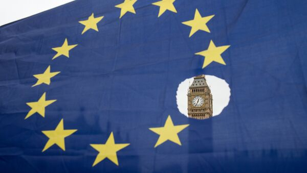 Застава ЕУ са исеченом једном звездицом испред британског парламента - Sputnik Србија