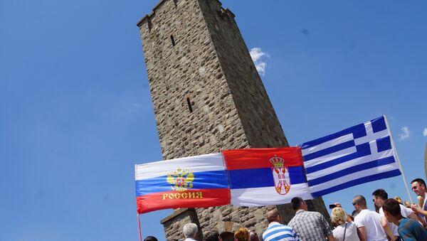 Obeležavanje Vidovdana na Gazimestanu. Ruska, srpska i grčka zastava. - Sputnik Srbija
