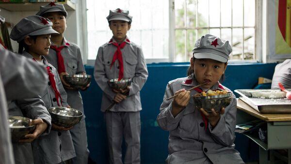 Učenici ručaju u osnovnoj školi Crvena armija u Kini. - Sputnik Srbija