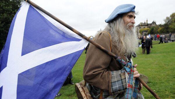 Škot sa zastavom škotske u kiltu. - Sputnik Srbija
