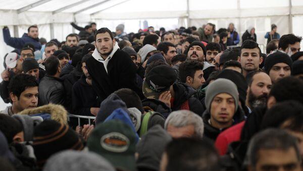Стотине миграната чека у шатору да настави процес регистрације у централном регистрационом центру за избеглице и тражиоце азила у Берлину. - Sputnik Србија