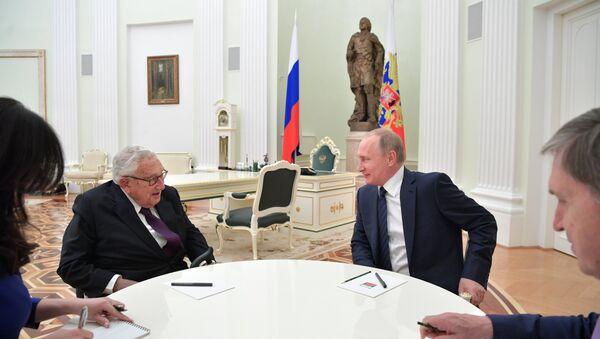 Predsednik Rusije Vladimir Putin sastao se sa bivšim američkim državnim sekretarom Henrijem Kisindžerom - Sputnik Srbija