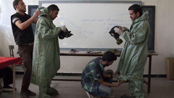 Studenti Univerziteta u Alepu pokazuju Sirijcima kako da stave zaštitnu opremu u slučaju hemijskog napada - Sputnik Srbija