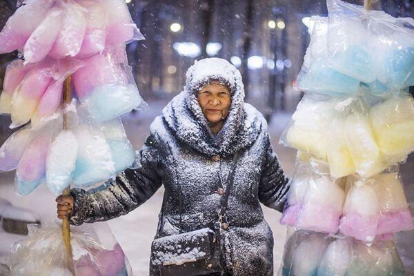 """""""Prodavačica šećerne vune"""" – fotografija Tabilde Kadirbekova iz Kirgizije. Žena koja prodaje šećernu vunu za vreme mećave u Biškeku. - Sputnik Srbija"""
