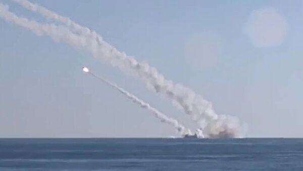 Podmornica Rostov na Donu ispaljuje nekoliko protivbrodnih raketa 3M-54 Kalibar - Sputnik Srbija