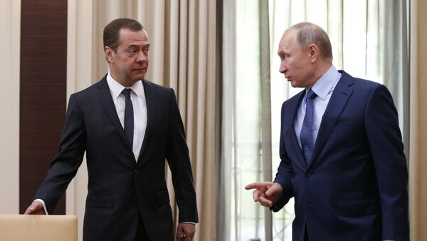Premijer i predsednik Rusije Dmitrij Medvedev i Vladimir Putin na zasedanju Saveta za strateški razvoj i prioritetne projekte - Sputnik Srbija
