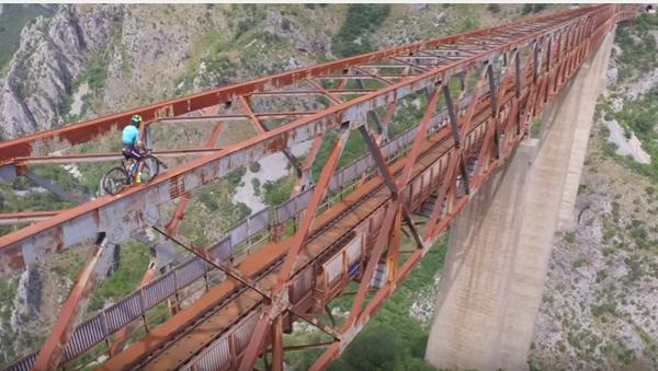 Бициклиста на конструкцији железничког моста. - Sputnik Србија