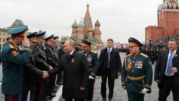Predsednik Rusije Vladimir Putin i premijer Dmitrij Medvedev sa generalima ruske vojske na vojnoj paradi u Moskvi - Sputnik Srbija