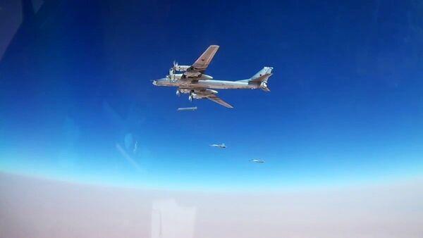 Bombarder Tu-95MS ispaljuje krstareće rakete Iks-101 na objekte DAEŠ-a u Siriji - Sputnik Srbija