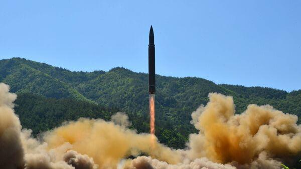 Интерконтинентална балистичка ракета Хвасонг-14 током ракетне пробе у Пјонгјангу - Sputnik Србија