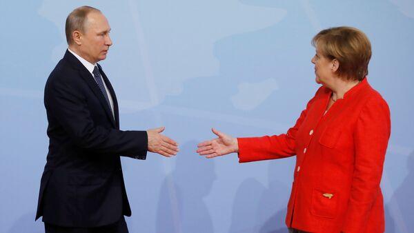 Немачка канцеларка Ангела Меркел дочекује руског председника Владимира Путина на самит Г20 у Хамбургу - Sputnik Србија