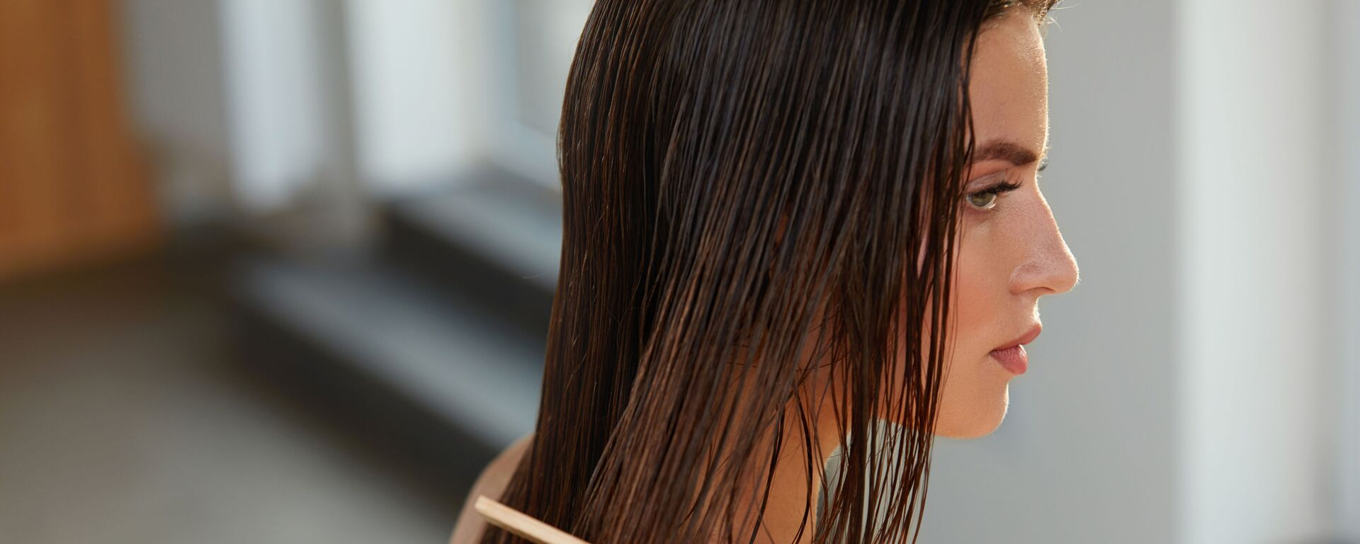 Девојка рашчешљава косу - Sputnik Србија, 1920, 21.09.2021