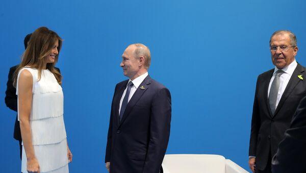 Руски председник Владимир Путин на самиту Г20 рукује се са супругом америчког председника Меланијом Трамп - Sputnik Србија