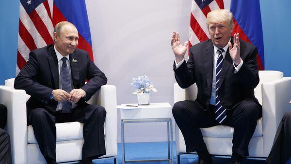 Predsednici Rusije i SAD Vladimir Putin i Donald Tramp na samitu G20 u Hamburgu - Sputnik Srbija