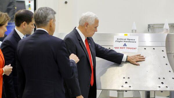 Потпредседник САД Мајк Пенс додирује део опреме на којој пише упозорење Не дирати у Свемирском центру Кенеди на Флориди - Sputnik Србија
