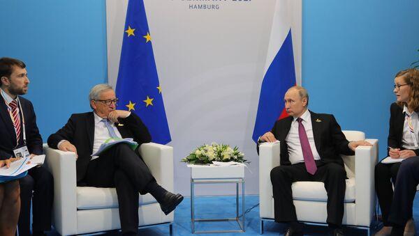 Председник Европске комисије Жан-Клод Јункер и председник Русије Владимир Путин на маргинама самита Г20 у Хамбургу - Sputnik Србија