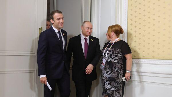 Председници Француске и Русије Емануел Макрон и Владимир Путин на самиту Г20 у Хамбургу - Sputnik Србија