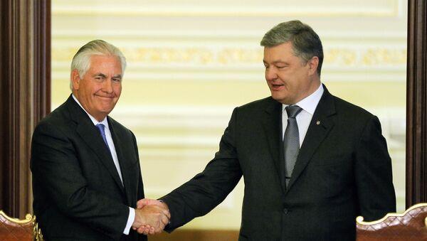 Američki državni sekretar Reks Tilerson i predsednik Ukrajine Petro Porošenko na sastanku u Kijevu - Sputnik Srbija