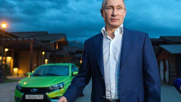 Руски председник Владимир Путин поре Ладе Весте - Sputnik Србија