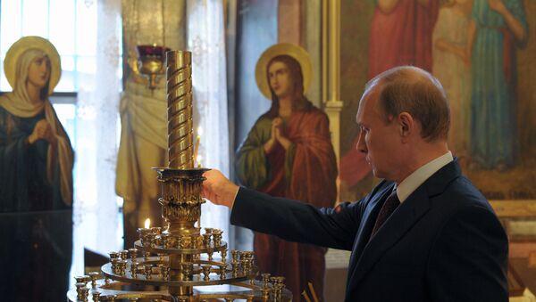 Vladimir Putin pali sveće - Sputnik Srbija