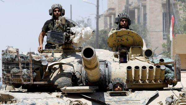 Ирачки војници у тенку напредују ка позицијама ДАЕШ-а у Старом граду на истоку Мосула - Sputnik Србија