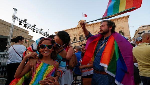 Ljudi na ulicama slave nakon proglasa o legalizaciji istopolnih brakova na Malti - Sputnik Srbija