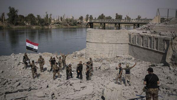 Припадници специјалних ирачких снага славе након доласка до обале реке Тигар у борби против ДАЕШ-а у Старом граду Мосула - Sputnik Србија