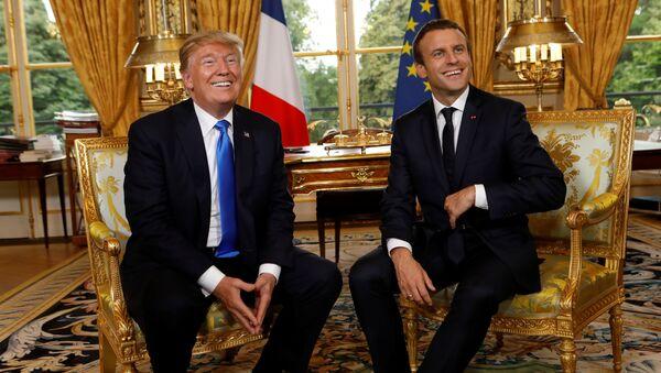 Председници САД и Француске Доналд Трамп и Емануел Макрон у Јелисејској палати у Паризу - Sputnik Србија