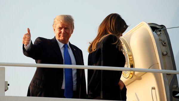 Председник САД Доналд Трамп са супругом Меланијом укрцава се у авион у војној бази Ендрјуз у Мериленду - Sputnik Србија