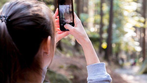 Devojka fotografiše mobilnim telefonom. - Sputnik Srbija