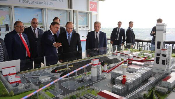 Predsednik Rusije Vladimir Putin posmatra maketu fabrike za proizvodnju gvožđa i Belgorodskoj oblasti - Sputnik Srbija