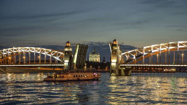 Мост Петра Великог на реци Неви током белих ноћи у Санкт Петербургу - Sputnik Србија