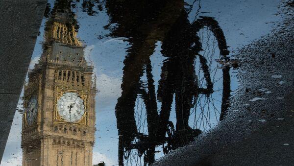 Biciklista prolazi pored Big Bena u Londonu - Sputnik Srbija