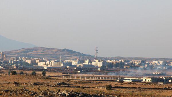 Pogled na sirijski grad Bat koji se graniči sa Golanskom visoravni koju kontroliše Izrael - Sputnik Srbija