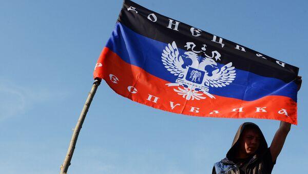 Mladić drži zastavu DNR na kontrolonom punktu Kramatorska u Donjeckoj oblasti - Sputnik Srbija
