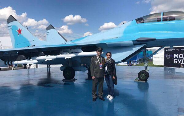 Репортерка Спутњика поред најновијег ловца МиГ-35 на авио-космичком салону МАКС 2017 - Sputnik Србија