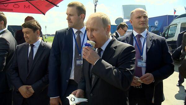 Kornet sladoleda od predsednika - Putin ugostio ministre na aviosalonu MAKS - Sputnik Srbija