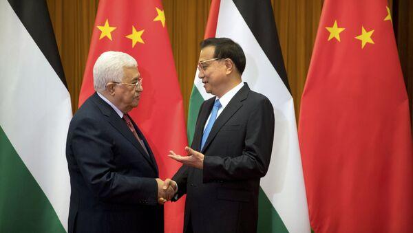 Palestinski predsednik Mahmud Abas rukuje se sa kineskim premijerom Li Kečijanom pre sastanka u Pekingu - Sputnik Srbija